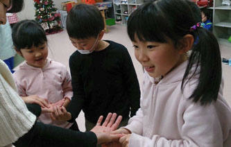 岩手県大槌町仮設校舎学童クラブの子供達にハンドマッサージ|ウォームビューティーのCSR活動